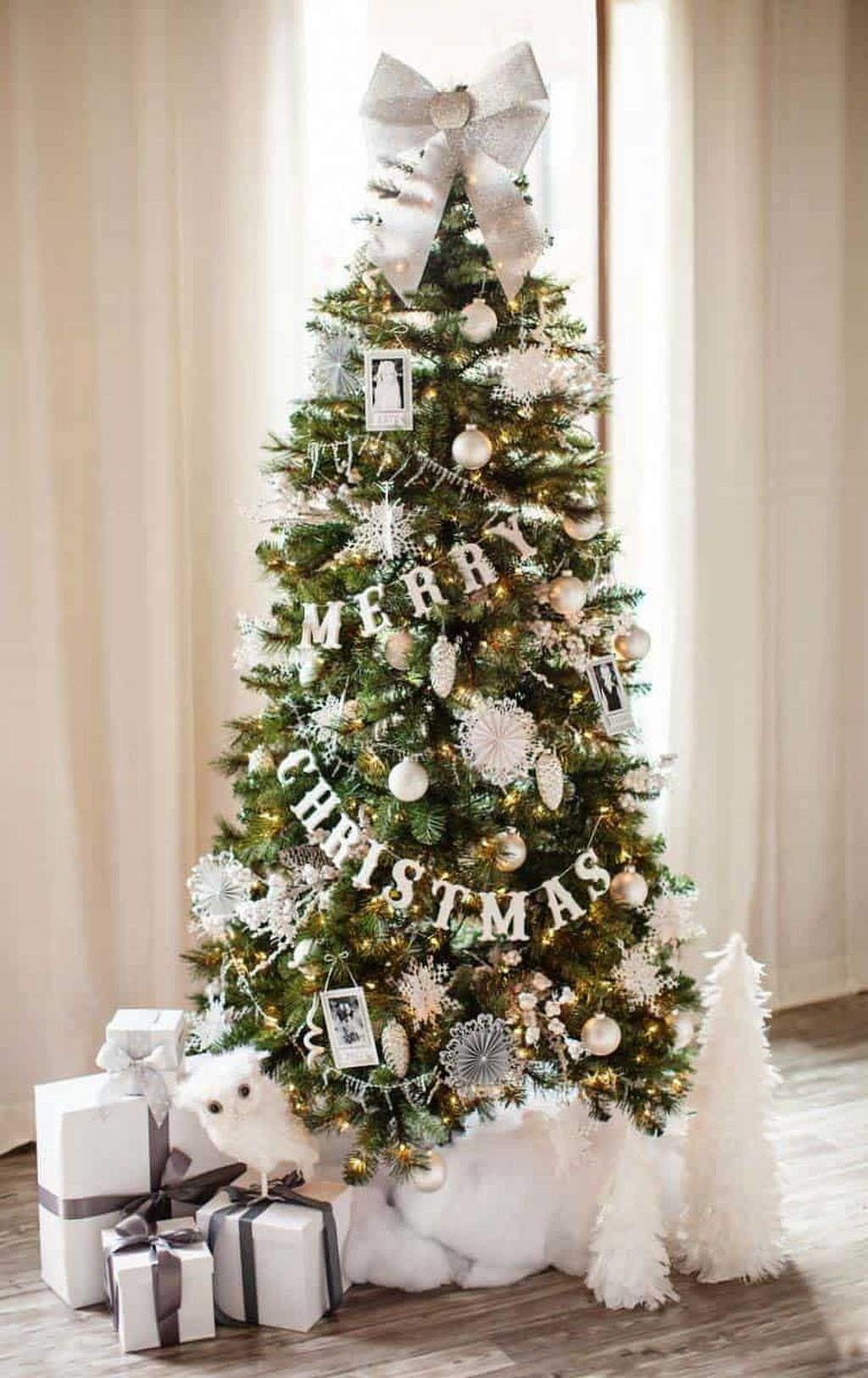 Lovely Christmas Tree Ideas To Beautify Your Interior Decor 01