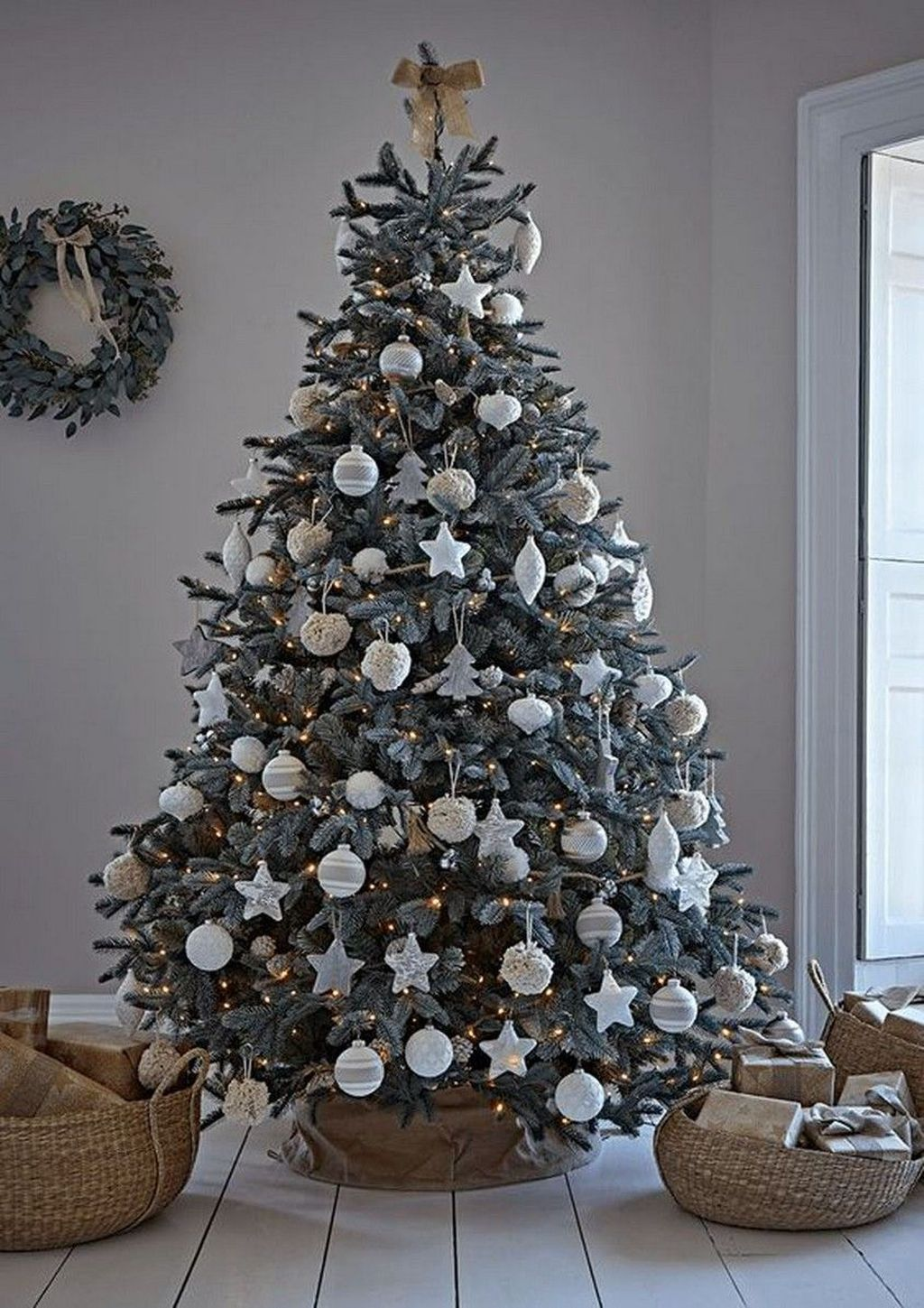Lovely Christmas Tree Ideas To Beautify Your Interior Decor 05