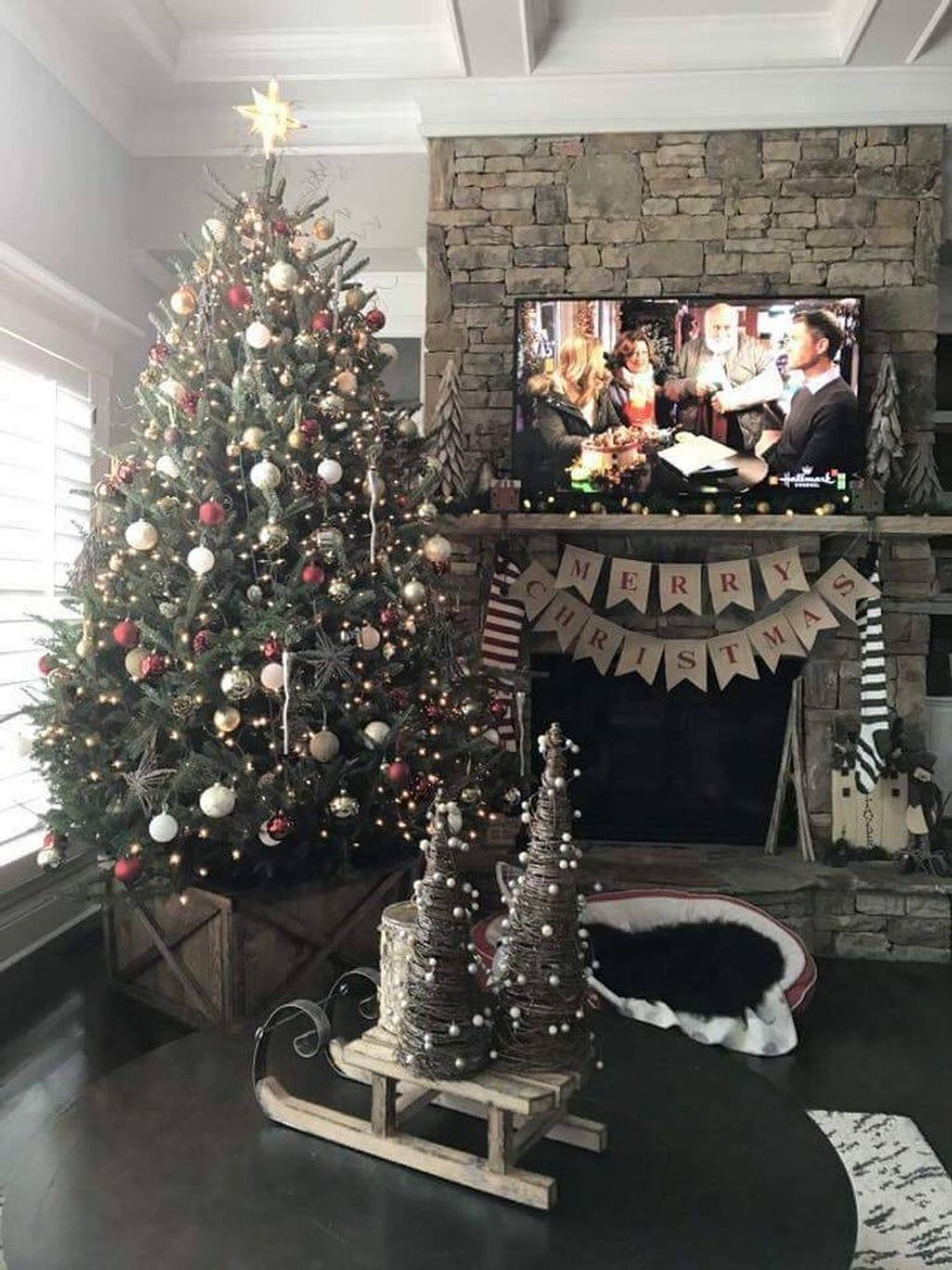Lovely Christmas Tree Ideas To Beautify Your Interior Decor 06