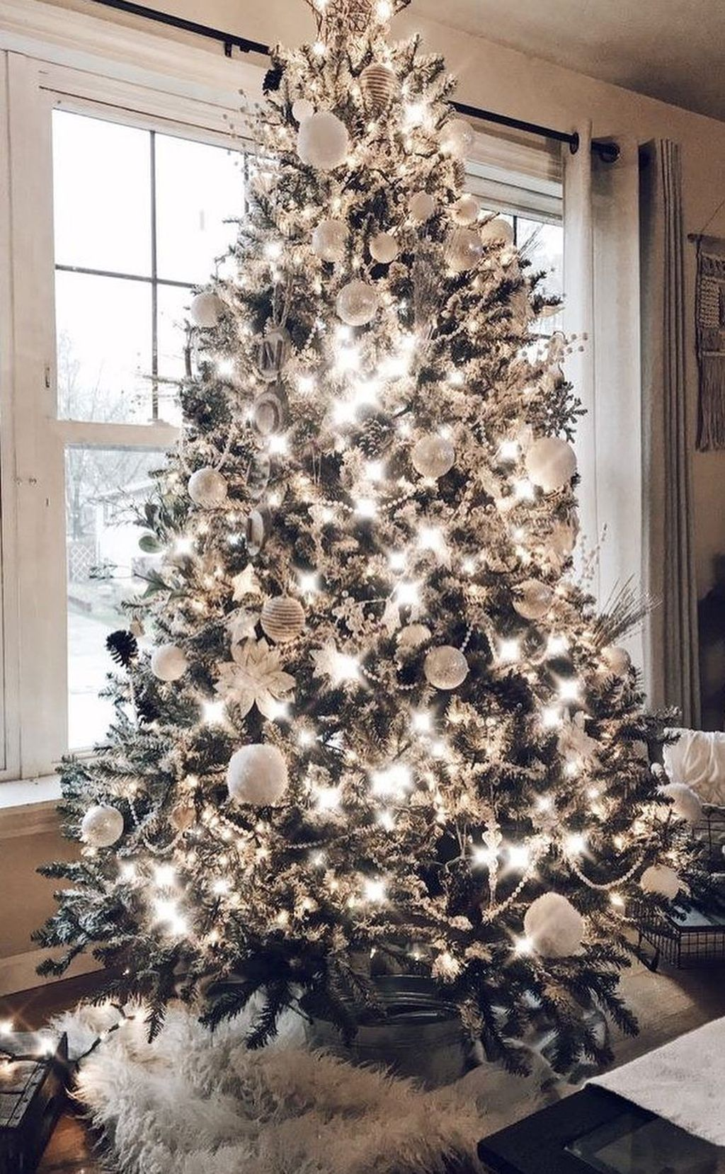 Lovely Christmas Tree Ideas To Beautify Your Interior Decor 30