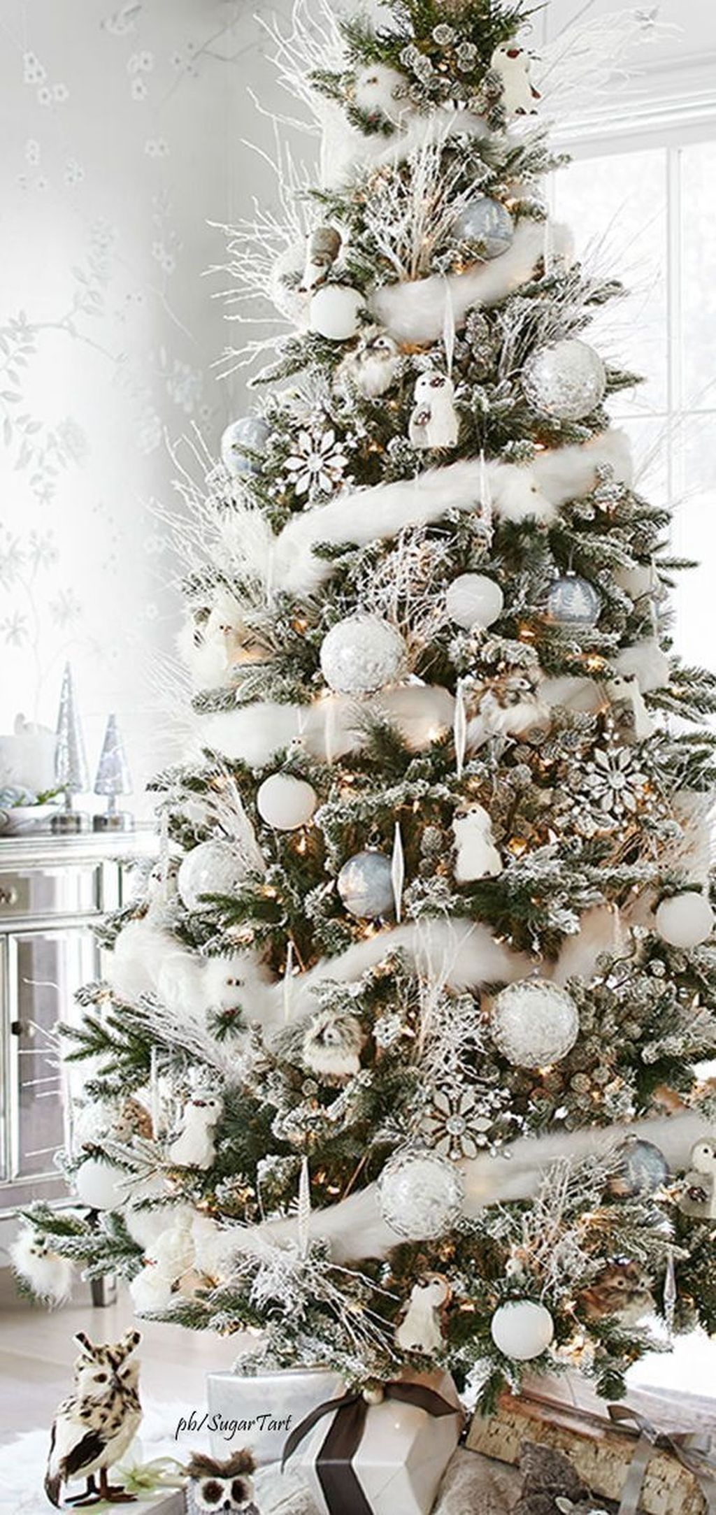 Lovely Christmas Tree Ideas To Beautify Your Interior Decor 34