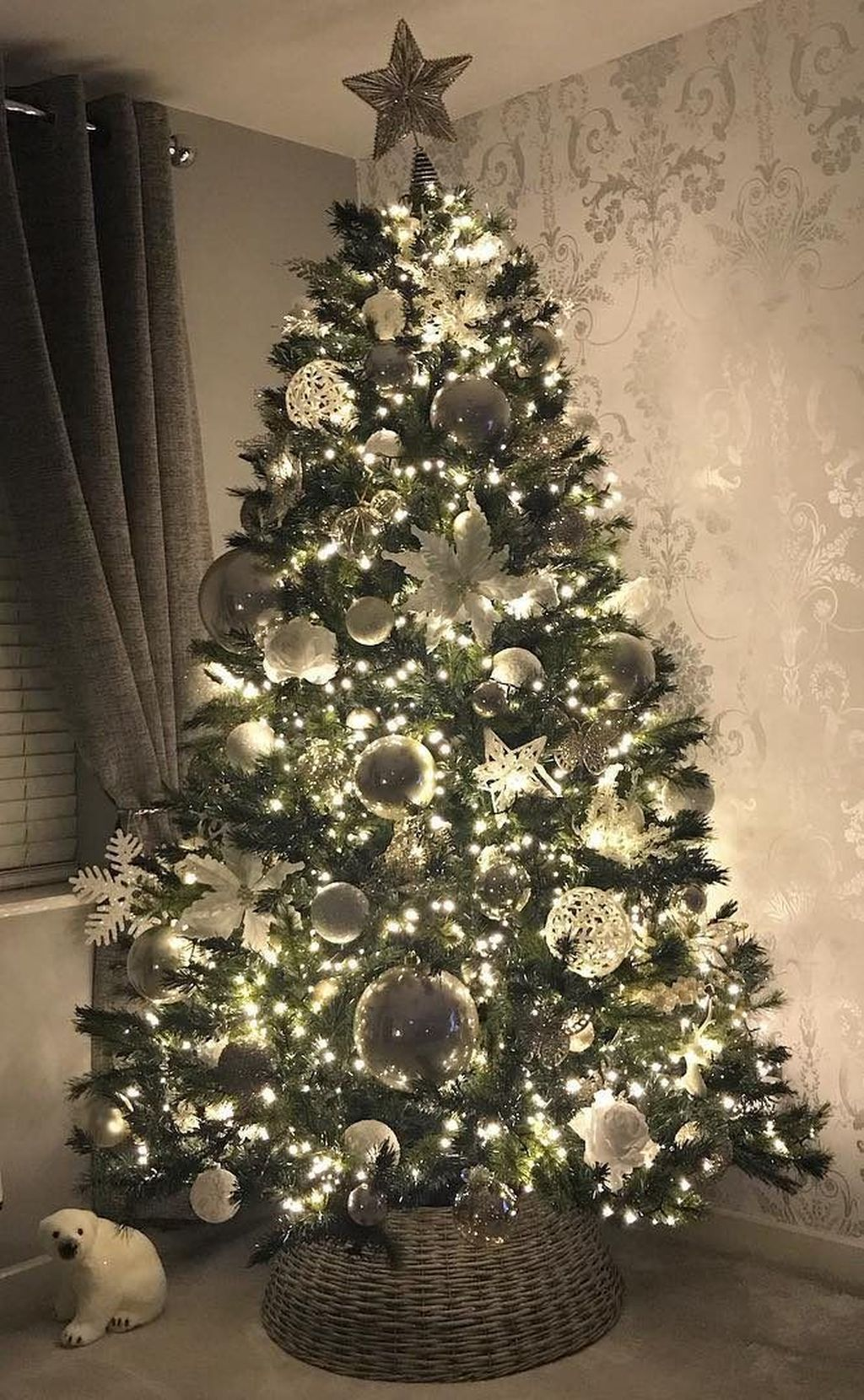 Lovely Christmas Tree Ideas To Beautify Your Interior Decor 35