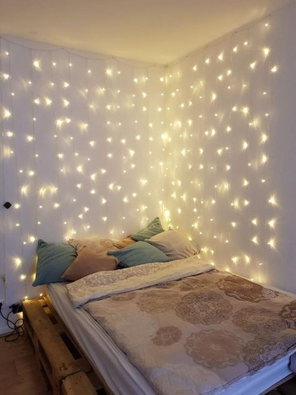 Stunning Christmas Lights Decoration Ideas In The Bedroom 27