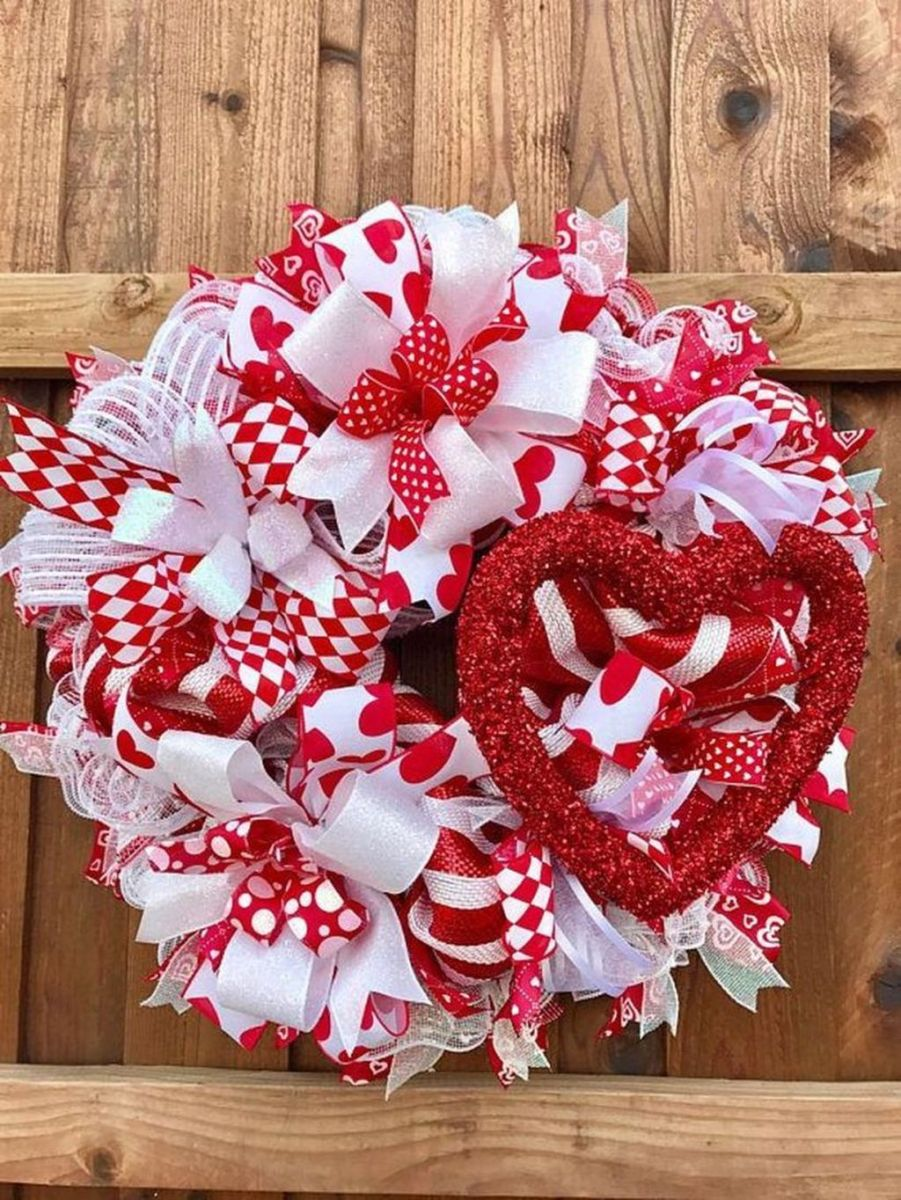 Fabulous Valentine Wreath Design Ideas FOr Your Front Door Decor 17