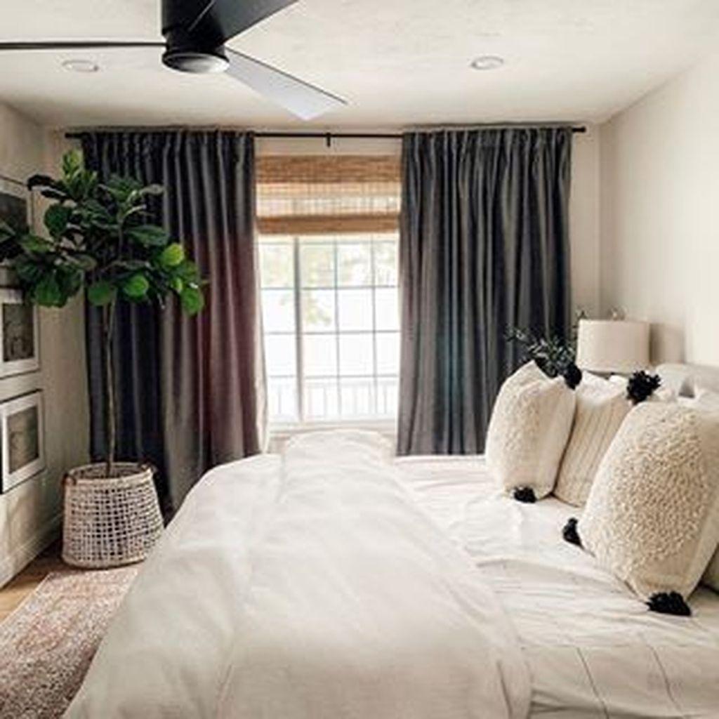 Beautiful White Master Bedroom Decorating Ideas 29