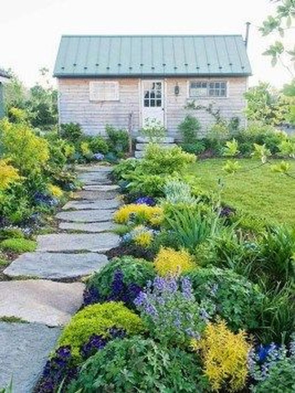 Fascinating Front Yard Cottage Garden Decor Ideas 21