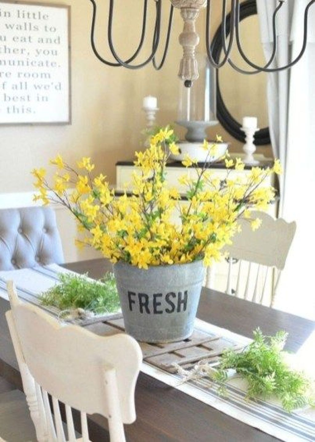 Gorgeous Spring Centerpieces Ideas For Dining Room Decor 21