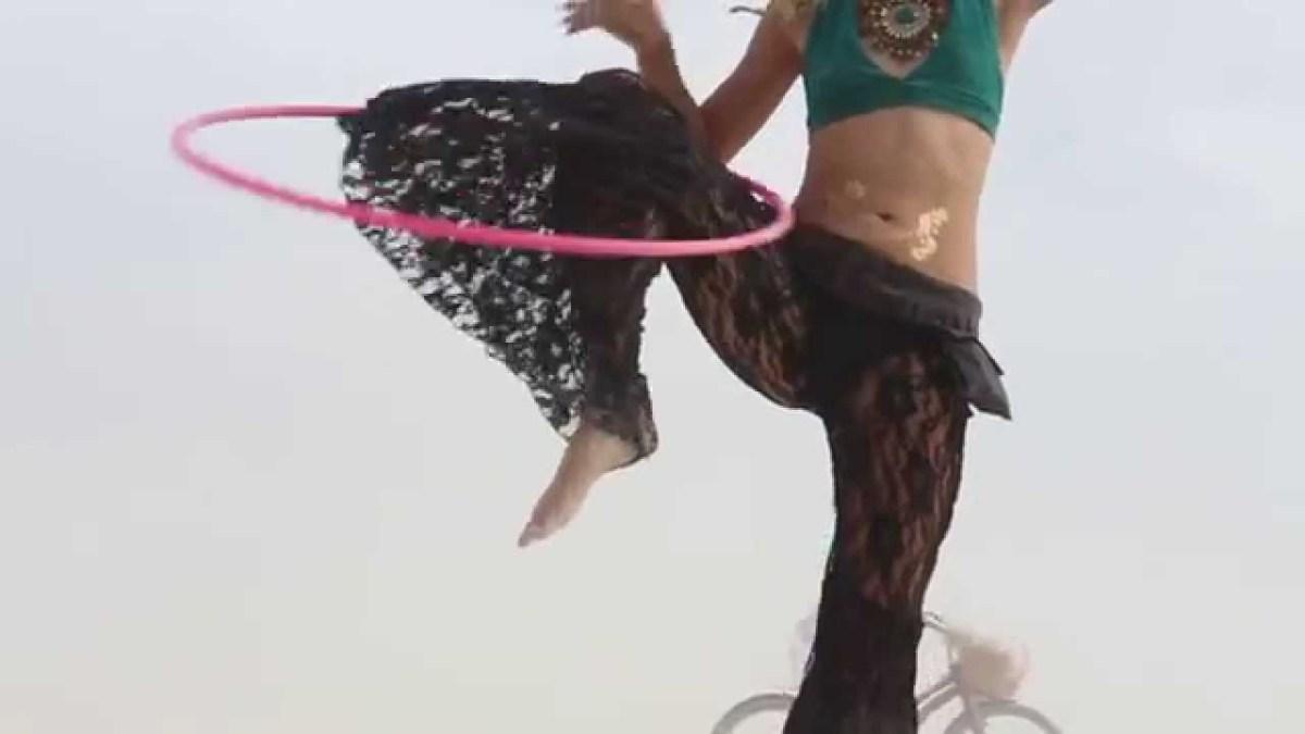 """Hula Hoop Tricks: """"Knee Reversal"""""""