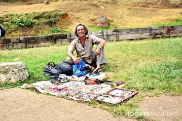 Un artesano que se hace llamar El Chaman vende sus productos.