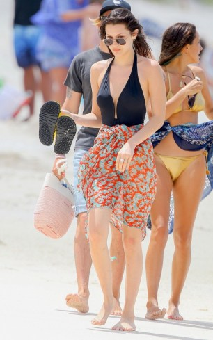 bella-hadid-is-having-the-most-stylish-vacation-ever-1720085-1459810292.640x0c