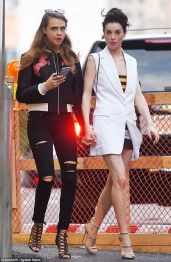 cara_Delevingne_and_girlfriend_St_Vincent-