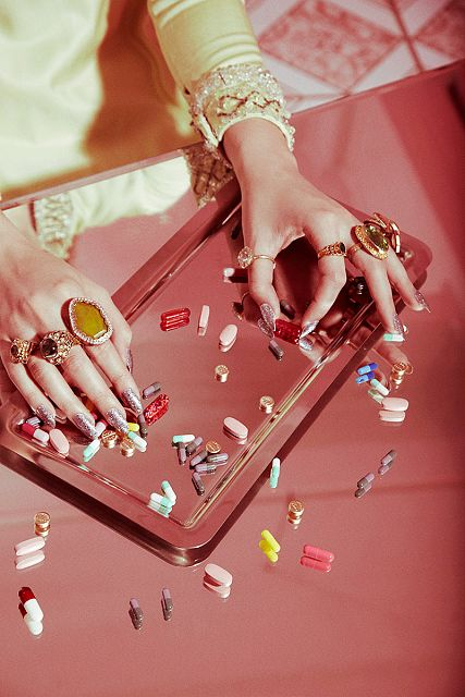 counting-pills-tray-mirror-70s-drugs-60s-pills
