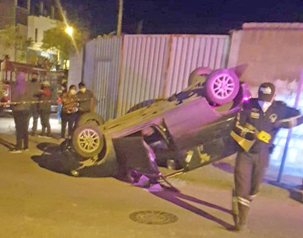 Los moradores socorren al conductor y lo sacan del vehículo.