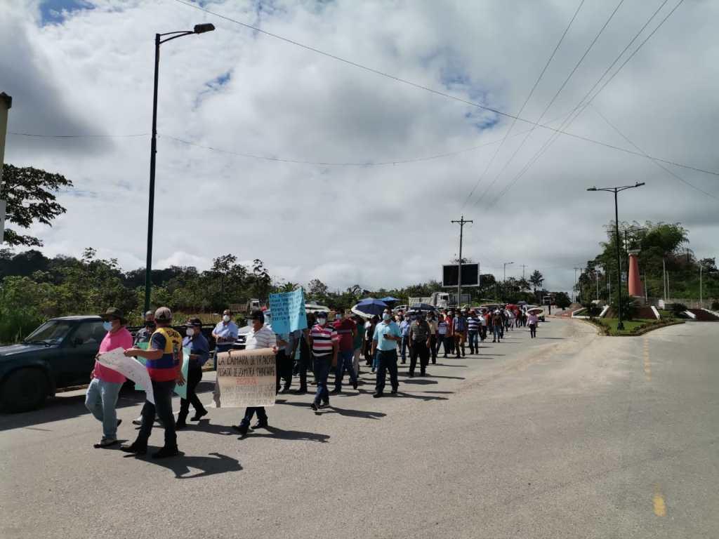 Decenas de transportistas se movilizaron en El Pangui para protestar por el cobro establecido en la ordenanza.