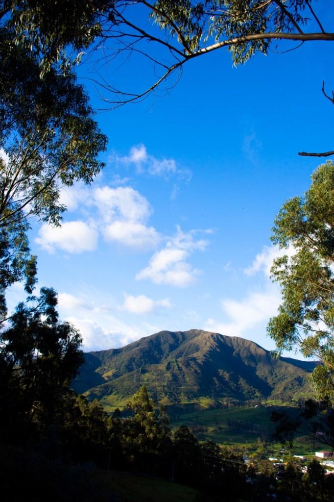 Al norte de la ciudad de Loja, se encuentra el cerro Sañe, mismo que se convierte en un mirador natural a 2.700 metros sobre el nivel del mar. Existen varios senderos para llegar a la cima del cerro Sañe o Zañe, sin embargo, el más conservado es el que parte del barrio Sauces Norte. La fotografía fue tomada desde el barrio Pucacocha.
