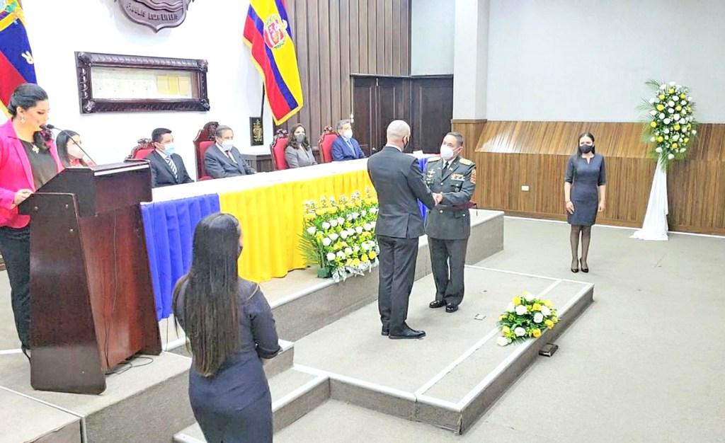 La entrega fue durante la sesión solemne por los 472 años de Fundación de Loja.