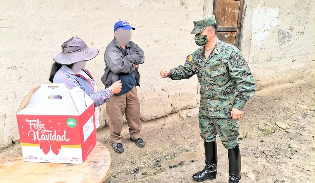 Con una sonrisa los agasajados agradecían a los soldados y a la reinas de los cuarteles.
