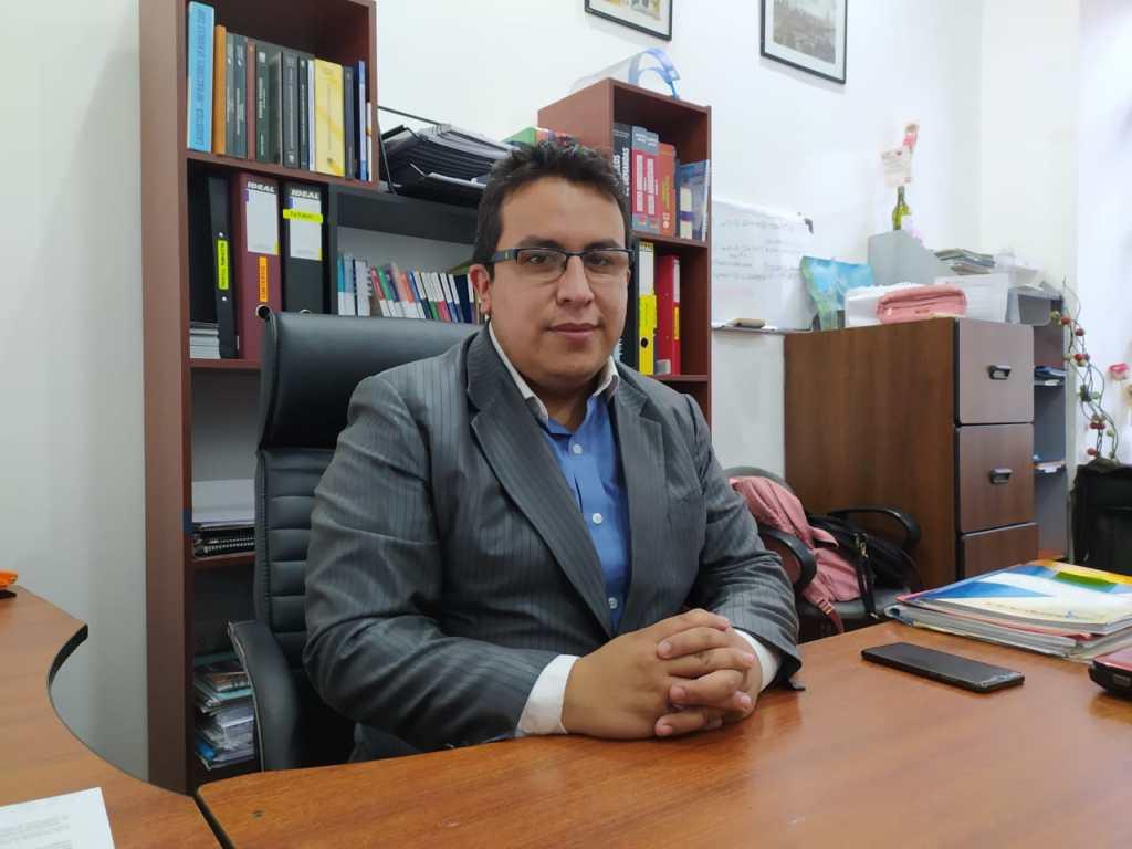 Cristian Alverca Ordóñez patrocina también a funcionarios públicos desvinculados en varias provincias del país.