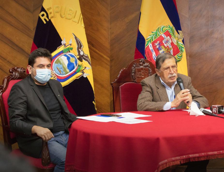 El alcalde de Loja y el gerente de la Sucursal Sur del BDE, durante un acto desarrollado este martes 29 de diciembre de 2020.