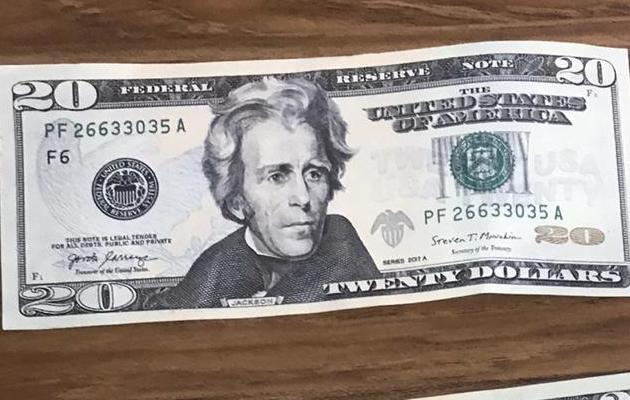 Los estafadores eligen billetes falsos de 20 dólares. (Foto Internet)