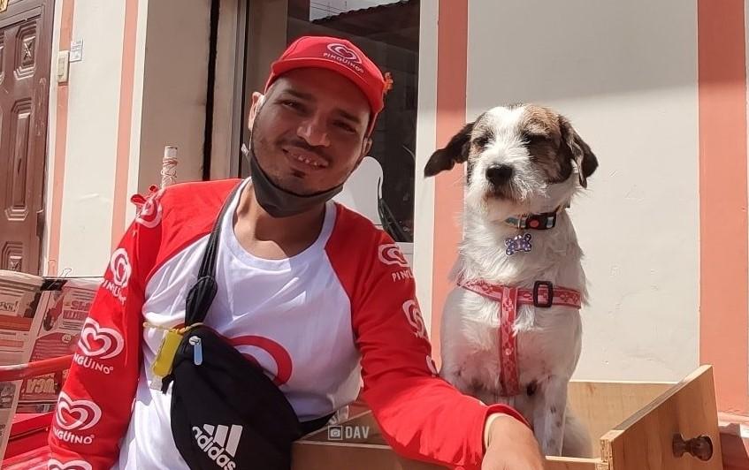 Humberto y 'Lazy' recorren las calles vendiendo helados y periódicos. (Foto cortesía Fundación Cielo Animal)