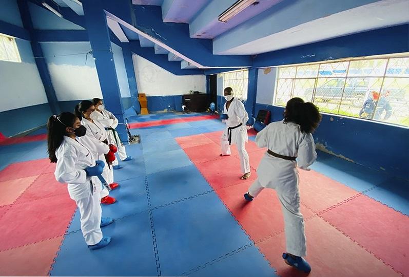 Los deportistas están trabajando en las instalaciones del estadio Reina del Cisne.