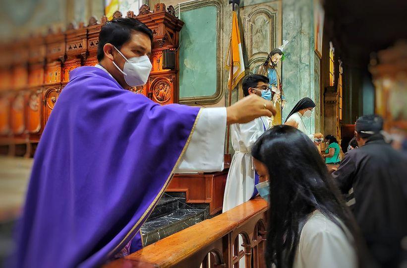En La Catedral cumpliendo las medidas de bioseguridad se ubicó la ceniza.