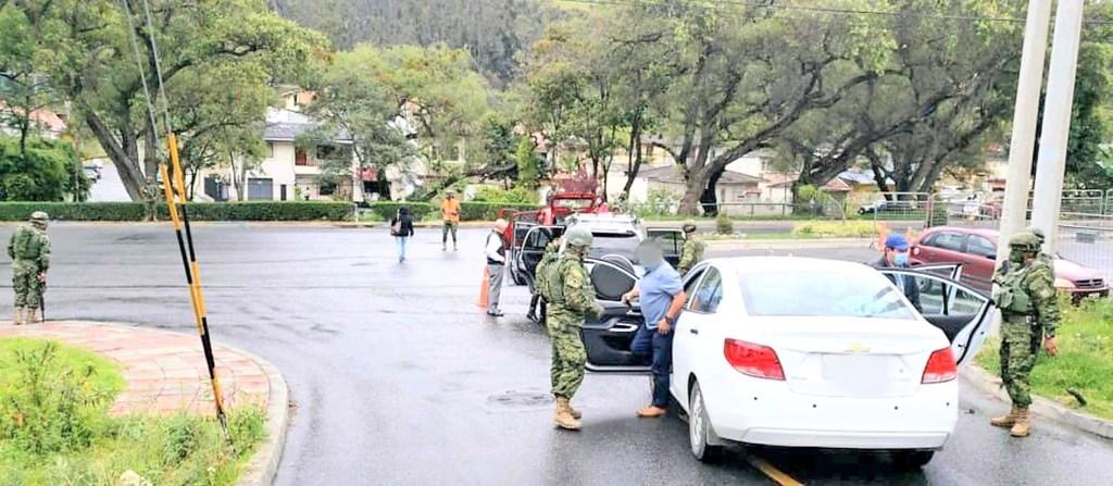 Los militares y los policías acudieron a los exteriores de ese inmueble.