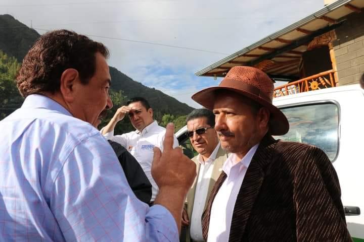 El ahora exafiliado, Édgar Cordero (Der.), en una reunión en Saraguro hace un par de años.