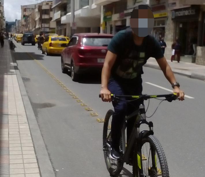 Este ciudadano va de sur a norte, en la calle 18 de Noviembre, donde la ciclovía es en sentido de circulación norte a sur.