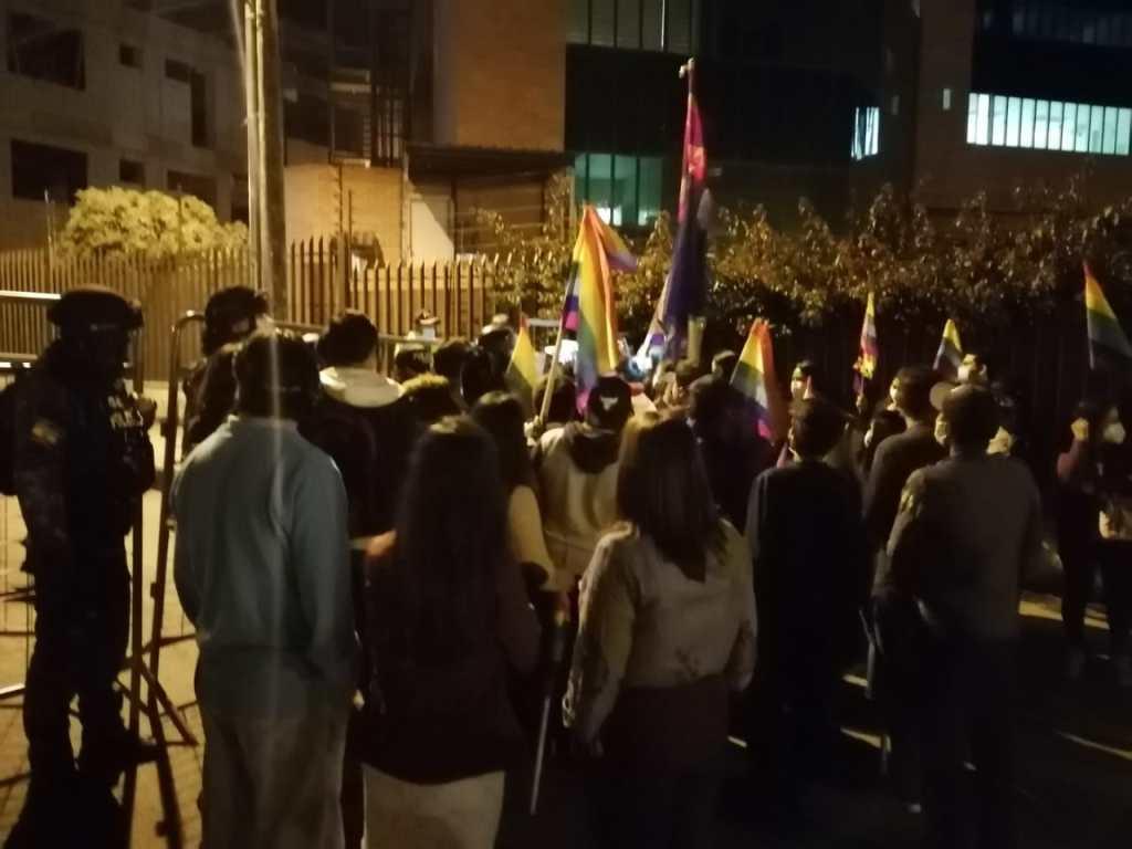 En las inmediaciones del Centro de Procesamiento Electoral en la noche de ayer se apostaron simpatizantes de una organización política.