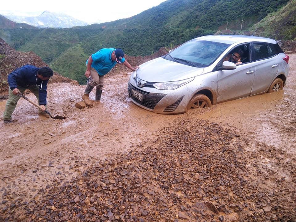 En la vía Loja-Catamayo hubo problemas por presencia de rocas y barro.