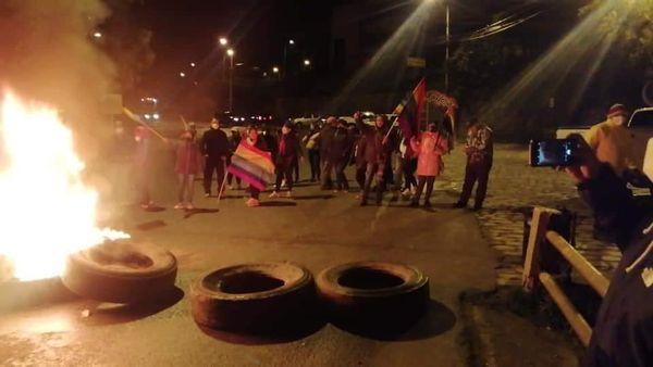 Hubo un cierre de la carretera en el sector de Tarqui. Lo hicieron simpatizantes de Yaku Pérez.
