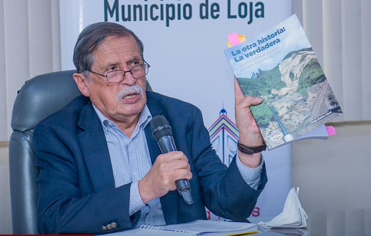 El alcalde de Loja, Jorge Bailón Abad, muestra el libro que escribió en años pasados y donde se habla de los daños del plan maestro de agua potable.