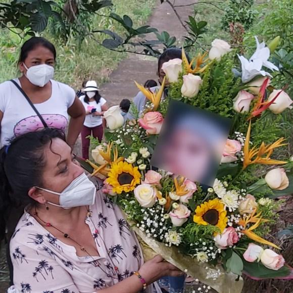 Las integrantes de la Asocpmezch entregaron una ofrenda floral a los familiares de la fallecida.