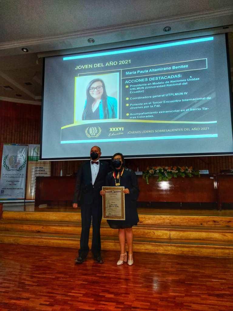 María Paula Altamirano recibió la condecoración como joven del año de manos de José Luis Ojeda, director de la Fundación Caje.