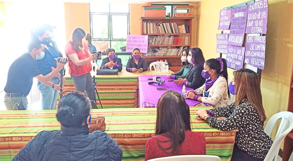 La organización 'Acción Feminista por la Paz' realiza un acompañamiento a la supuesta víctima.