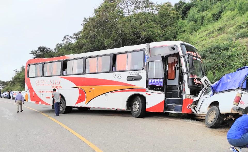 El conductor del bus habría perdido la estabilidad del bus tras la explosión del neumático y choca a la camioneta.