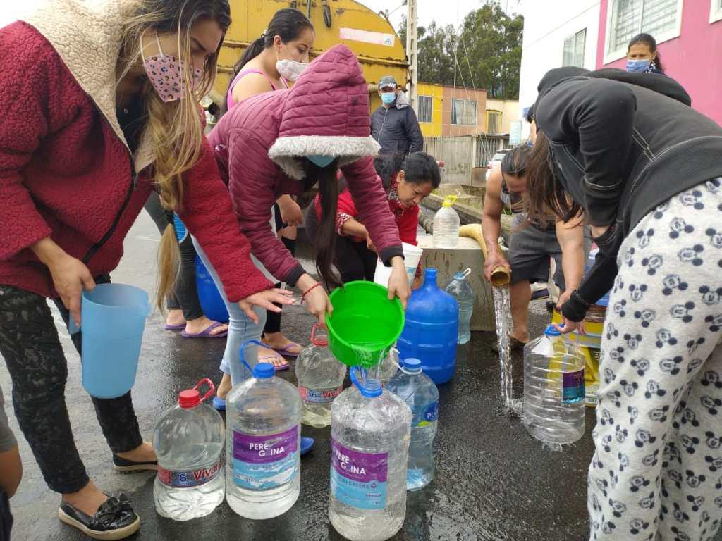 Los ciudadanos usan todo tipo de recipientes para conseguir la mayor cantidad de agua para sus hogares.