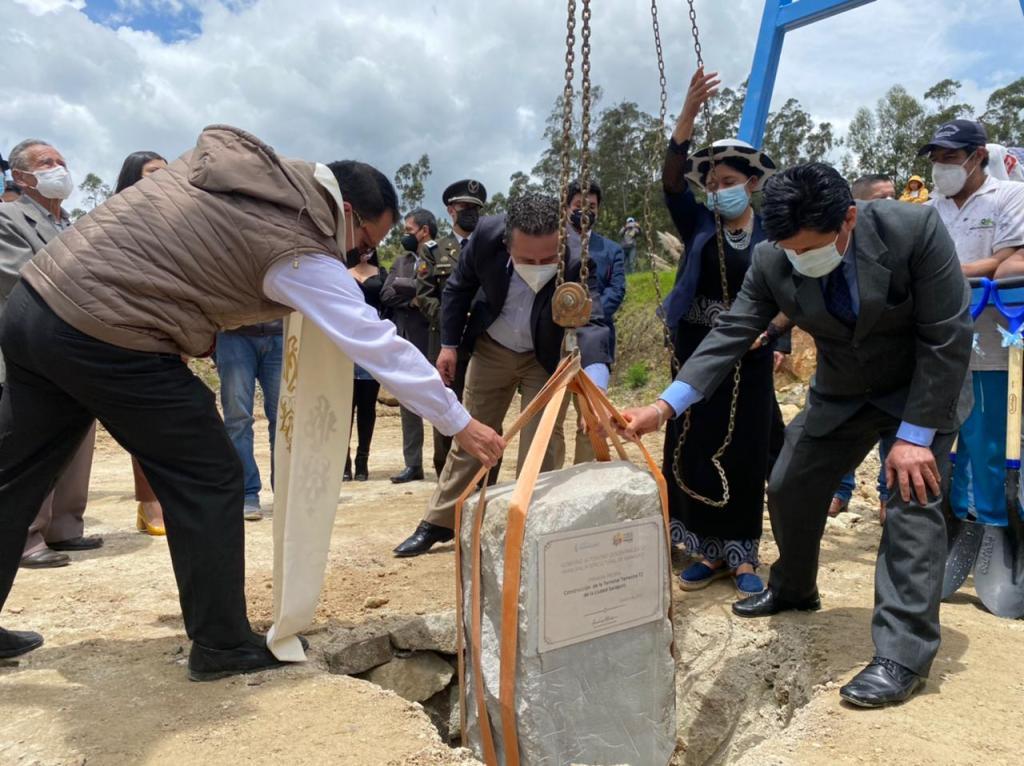 Se cumplió el acto de colocación de la primera piedra en la obra.