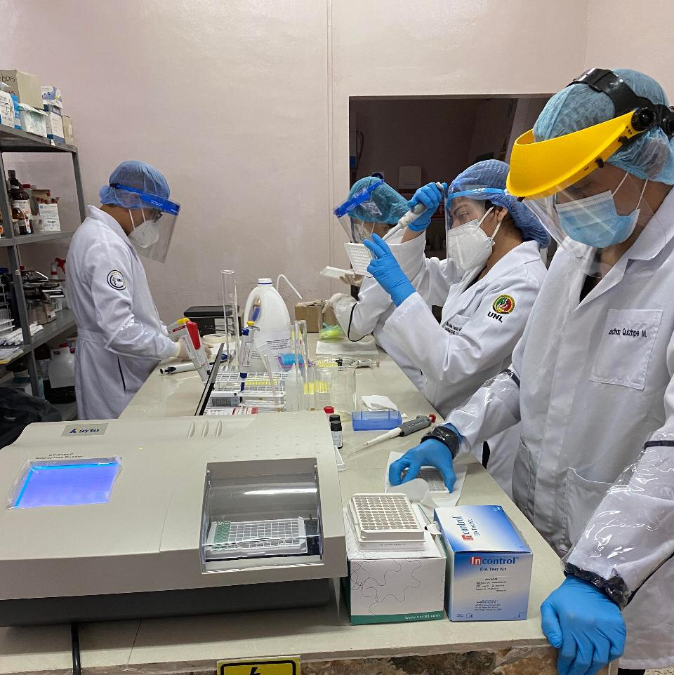 Organiza la Carrera de Laboratorio Clínico de la Universidad Nacional de Loja (UNL).