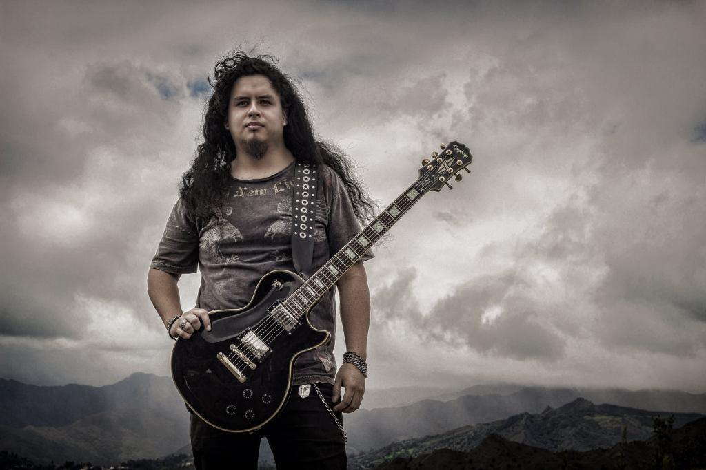William Saúl dominó la guitarra y el bajo eléctrico. (Foto cortesía de Wilson Castillo Tapia)