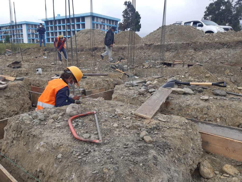 Los trabajadores cumplen con las medidas de bioseguridad.