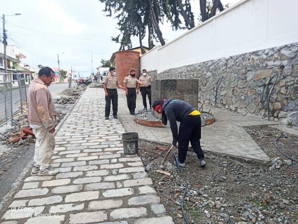 La tarde de ayer Francisco Mesías Hidalgo y otros policías supervisaban la construcción.
