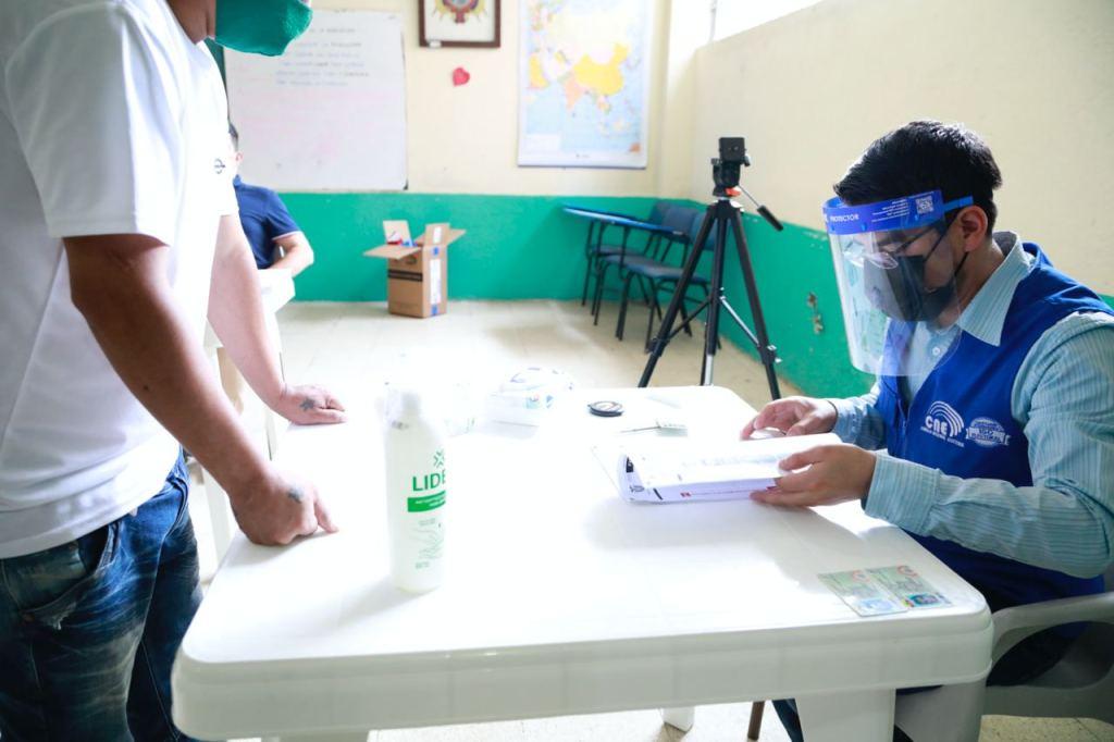 El voto de los reclusos, en este caso, es obligatorio, pues también son objeto de sanción con el 10% del Salario Básico Unificado que establece el Código de la Democracia.
