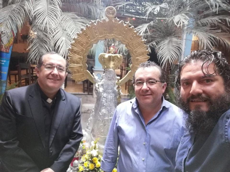 El padre Jimmy Arias (+), su hermano Alexis, y el artista Miguel Andrés Villavicencio, excompañeros del 'Bernardo Valdivieso', en una de las reuniones mantenidas.