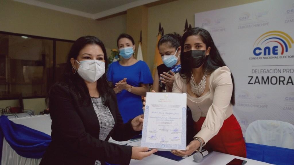 Isabel Enrríquez recibió la credencial de manos de Andrea Reátegui Encarnación, presidenta de la Junta Provincial Electoral de Zamora Chinchipe.