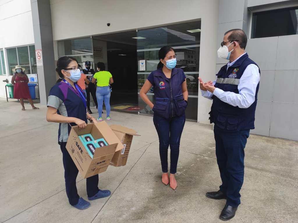 Momentos en que el alcalde de Nangaritza entrega la donación.