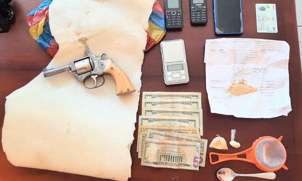 El arma de fuego, la droga y objetos que tenía Alex S. T.