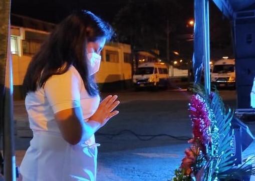 Una enfermera del hospital Manuel Ygnacio Monteros elevó algunas plegarias.